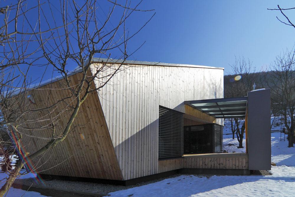 Zastrešený priestor pred vstupom do domu je medzistupňom medzi interiérom a exteriérom.