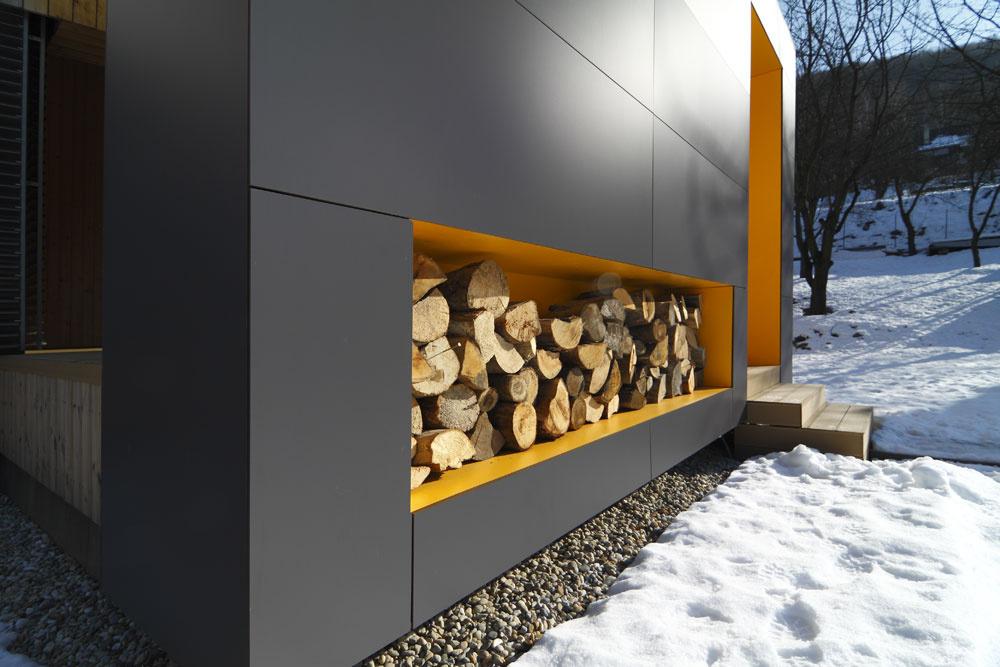 Narezaná guľatina nie je len dekoračný prvok, ale palivo do keramickej pece vobývačke.