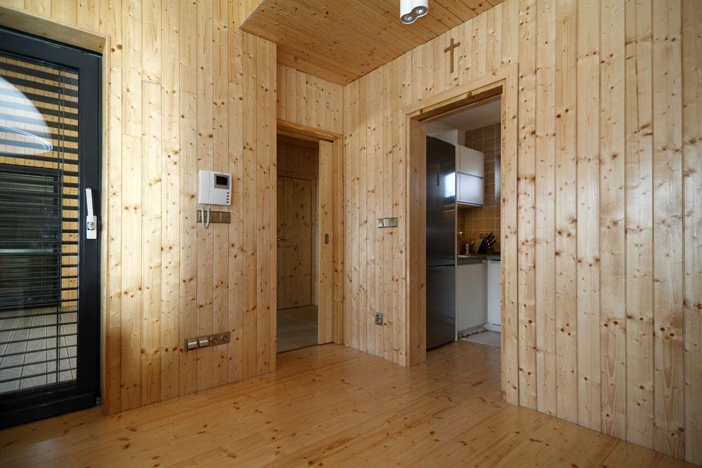 Drevený obklad interiéru navodzuje atmosféru horskej chaty.