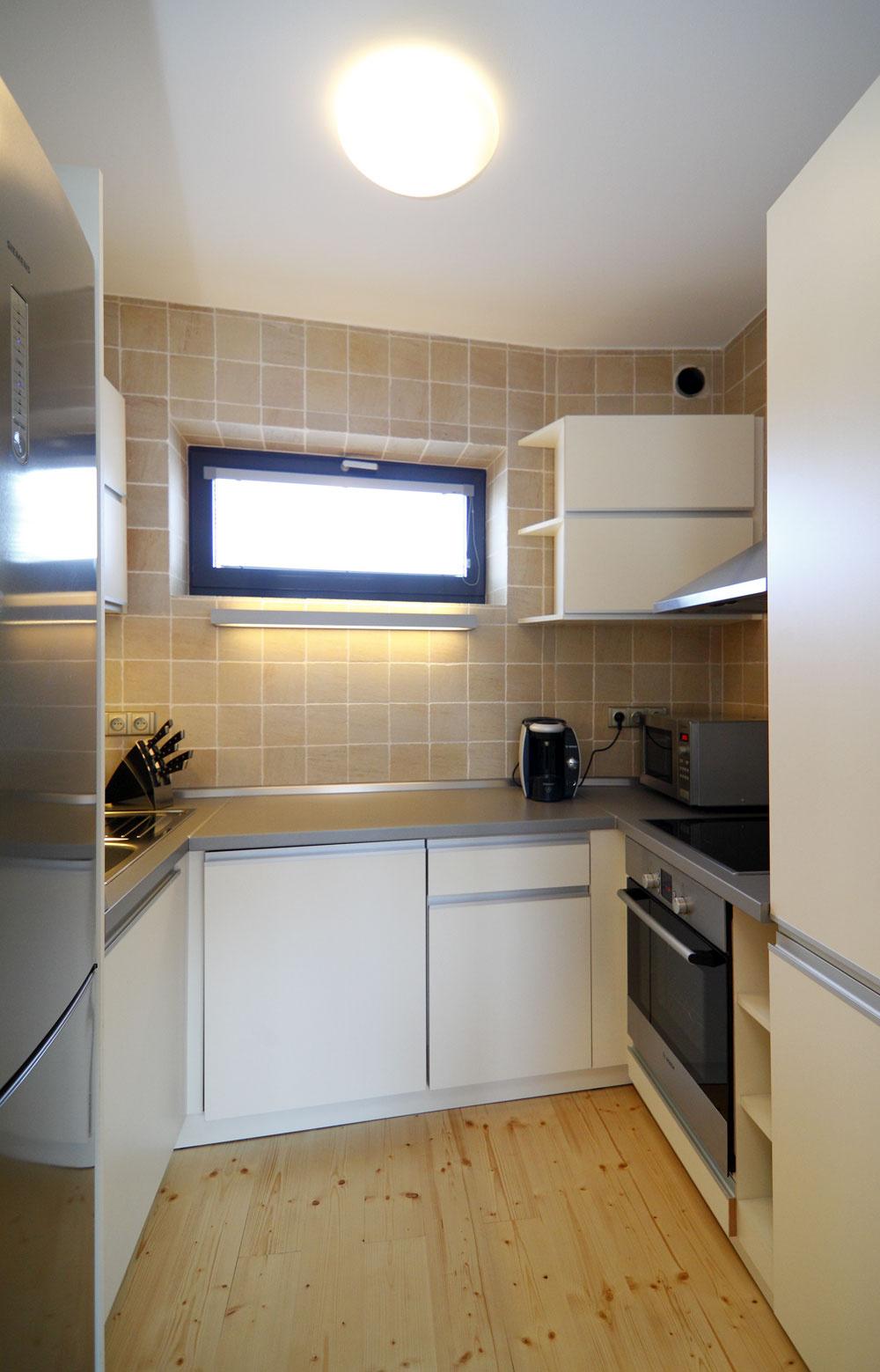 Kuchyňa je malá, ale praktická. Zmestia sa do nej všetky výdobytky techniky, ktoré by mohla moderná gazdiná potrebovať, aby si uľahčila aspríjemnila život.