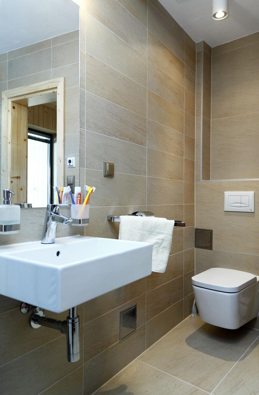 Malá kúpeľňa stoaletou tesne susedí spriestormi wellness.