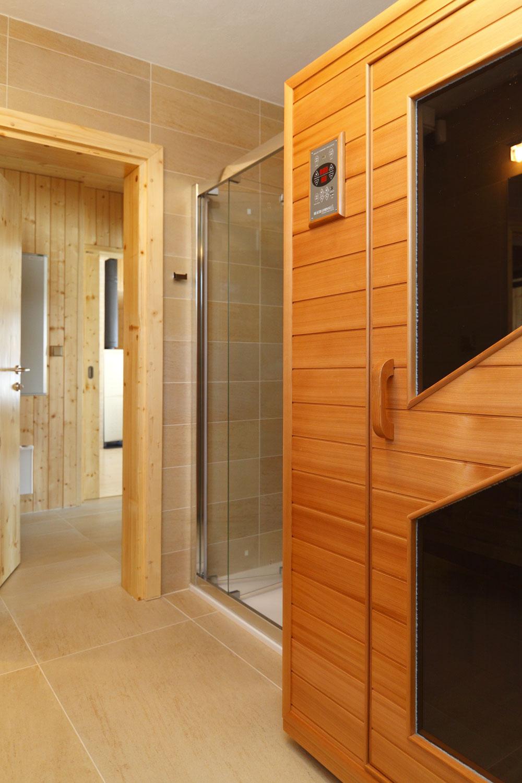 Wellness okrem masážnej vane ponúka aj saunu apriestranný masážny sprchovací kút. Čo viac si môže človek priať?