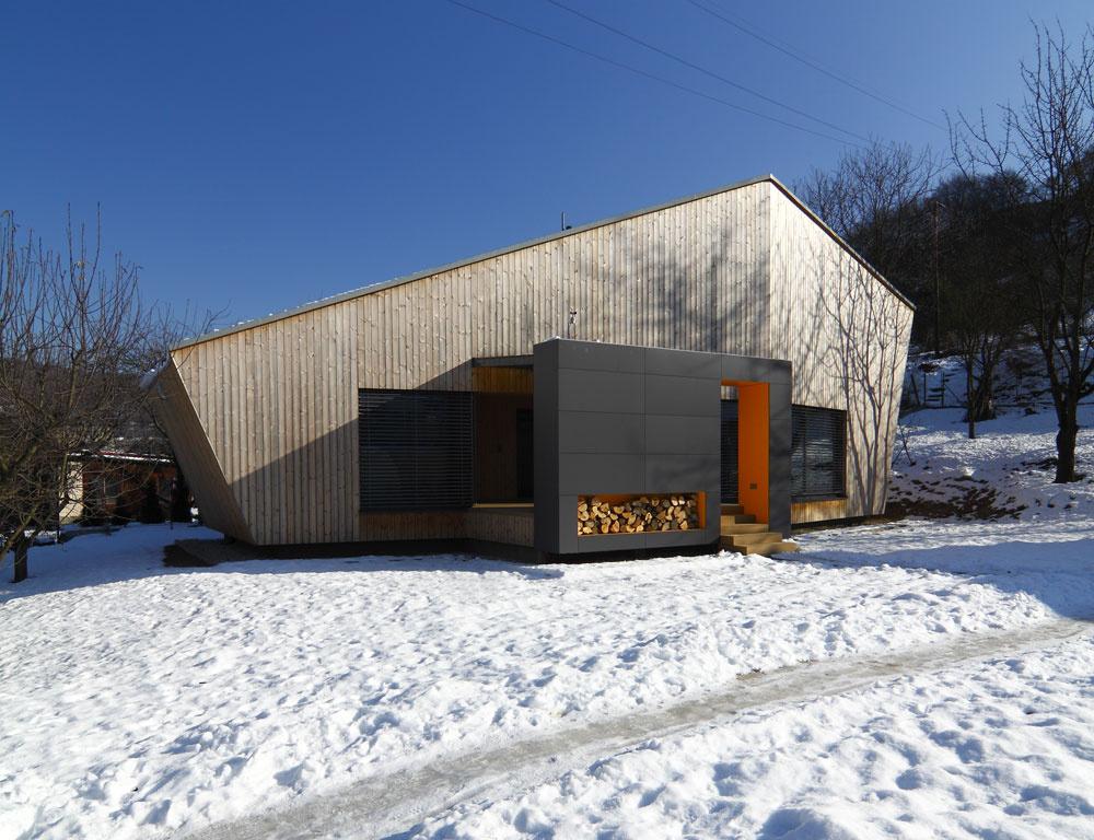Zalomená čelná fasáda sa snaží zachytávať južné slnko pre spoločenské priestory azápadné pre wellness.