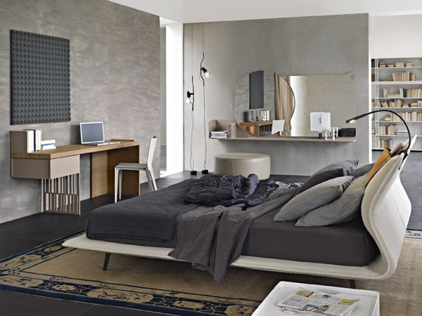Príklad otvoreného priestoru spálne aostatných častí bytu bez straty súkromia. Čiastočná pohľadová bariéra, vytvorená buď pevnou stenou, alebo nábytkom, vytvára vrámci otvoreného priestoru intímnu zónu.