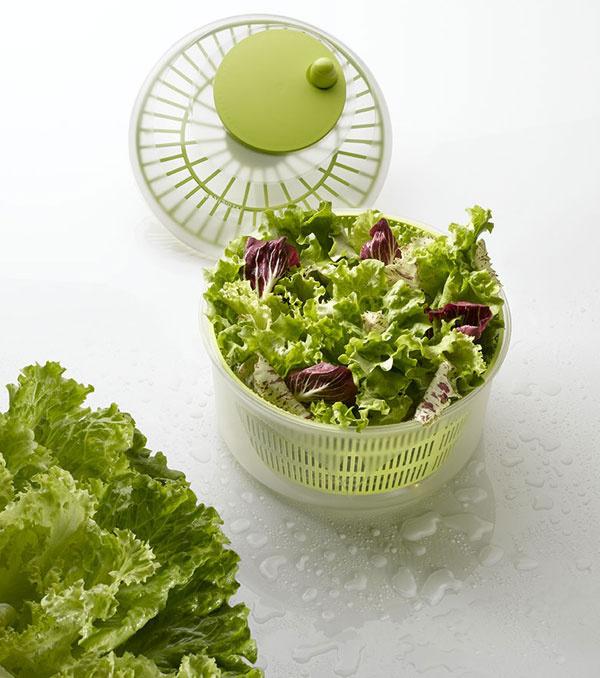 Odstreďujte Ak chcete jesť viac šalátov či byliniek, nemala by vo vašej výbave chýbať odstredivka. Trepanie sutierkou síce splní svoj účel azbaví listy vody, aby na nich zálievka pekne uľpela, efekt však nebude taký dokonalý. Navyše je táto činnosť sodstredivkou omnoho pohodlnejšia aspodnú misu môžete použiť na servírovanie šalátu. Odstredivka Twister talianskej značky Meliconi má priemer 26cm adostupná je vzelenej alebo fuksiovej farbe. Na mall.sk ju kúpite za 13,40€.