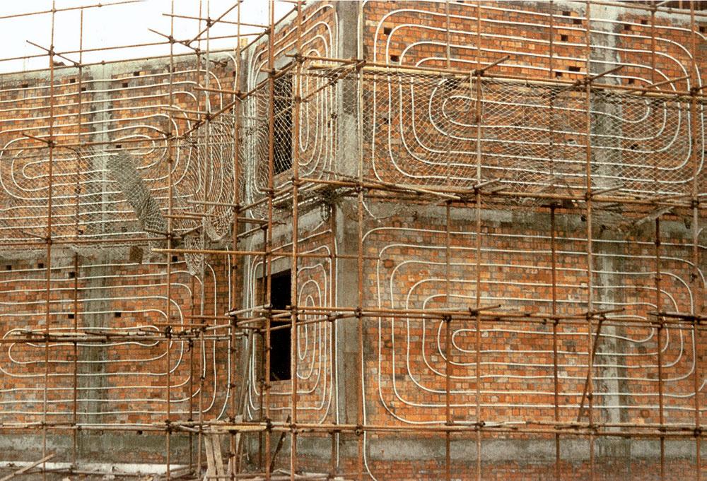 Aj pri rekonštrukciách je uplatnenie princípov tepelnej bariéry možné, ikeď realizácia je očosi zložitejšia aj finančne náročnejšia. Zemný zásobník, ktorý sa pri novostavbe zrealizuje vrámci výstavby základov domu, sa musí pri rekonštrukcii umiestniť mimo domu, čo znamená náklady navyše na zemné práce aj na zaizolovanie zásobníka zhora.