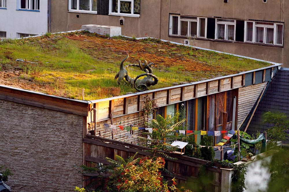 Toto je presne prípad zelenej strechy smalým sklonom, ktorá sa dá urobiť aj svojpomocne anáklady na realizáciu nemusia výrazne prekročiť cenu iného možného typu strešnej krytiny. Efekt je ale neporovnateľne lepší.