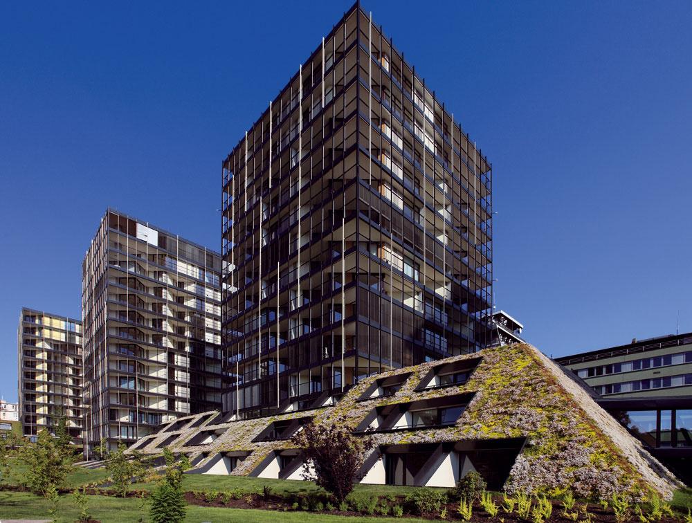 Pohľad na zelenú strechu sa mení spolu sročnými obdobiami. Vjúni strechy luxusného rezidenčného komplexu Central Park na pražskom Žižkove zakvitnú množstvom drobných kvietkov, ktoré akoby stekali do priľahlého parku. Terasy jednotlivých bytov vykúkajú zo šikmej zelenej strechy zvažujúcej sa pod uhlom 45 – 50°.