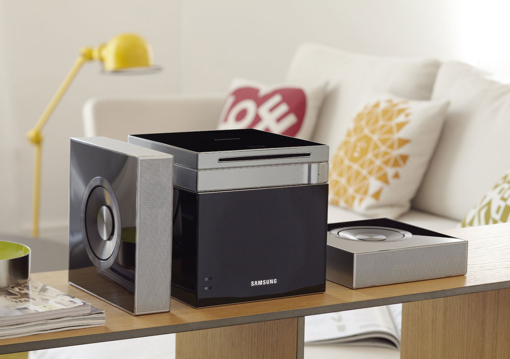Domáce kino Smart Blu-ray Samsung HT-D7100 2.1 svýstupným výkonom 110 W (dve satelitné reprosústavy), prehráva: 3D Blu-ray, Blu-ray Video, DVD--Video/DVD±R/DVD±RW, CD DA/CD-R/CD-RW, AVCHD, podporuje DivX-HD (vrátane XviD), LPCM, AAC, MP3, WMA, WMV (1/2/3/7/9), JPEG, HD JPEG, Video Up-Scale (DVD), konektivita: USB (host), HDMI výstup, Anynet + (HDMI-CEC), iPod/iPhone cez USB, ARC (Audio return channel), kompozitný výstup, optický digitálny vstup, dekodéry zvuku, technológia konverzie videa z2D do 3D, Local Storage (zabudovaná pamäť 2 GB), sieťová podpora (Widget). Odporúčaná cena 599 €.