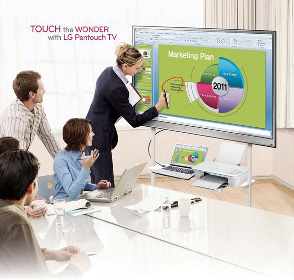 Plazmový televízor LG Pentouch TV PZ850 3D THX sdotykovou obrazovkou zahŕňa vsebe všetky výhody multimediálnych televízorov. Má plazmový zobrazovací panel (PDP) suhlopriečkou 153cm ana kreslenie priamo na televízor sa používa špeciálne pero. Výhodou oproti iným riešeniam je štíhly dizajn anízka cena. Práca sním je zábavná, slúži na surfovanie na internete, na kreslenie alebo ako vzdelávacie multicentrum. Funkcia Pentouch sa aktivuje stlačením tlačidla na diaľkovom ovládači. Jednoduché aintuitívne ovládanie, batérie do pier sa môžu dobíjať priamo zUSB portu televízora, aplikácia Gallery na vytvorenie prezentácie, špeciálna ochrana displeja pred poškriabaním, panel je optimalizovaný na ostrý obraz ajas pri práci na krátku vzdialenosť, stabilný vďaka štvornohému stojanu. Odporúčaná cena 1999 €.