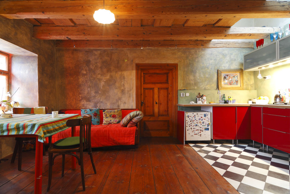 Banícke domčeky mali pred stáročiami jednoduchý pôdorys spredsieňou, čiernou kuchyňou ajedinou izbou, vktorej sa odohrával rodinný život. Vtejto miestnosti majú Lenesovci kuchyňo-obývačko-jedáleň. Cítiť tu neskutočnú pohodu.