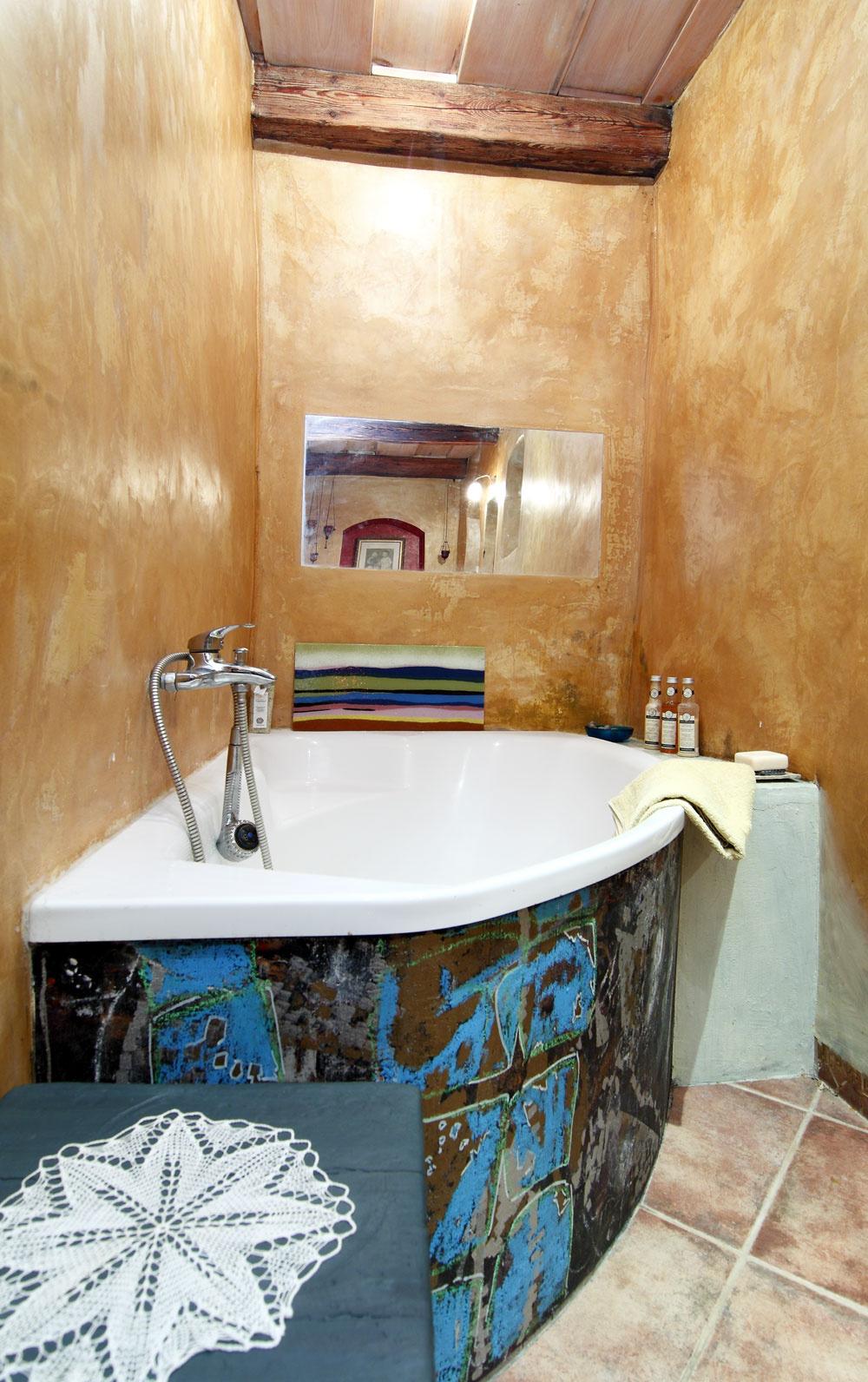 Kúpeľňové farebnosti Vzadnom trakte, ktorý pribudol až niekedy začiatkom 20. storočia apôvodne slúžil na skladovanie potravín adreva na vykurovanie, majú teraz domáci príjemnú kúpeľňu. Umelecké sklony súčasných obyvateľov domu sa prejavili nielen patinovanou maľovkou, ale aj štýlovým obkladom vane.