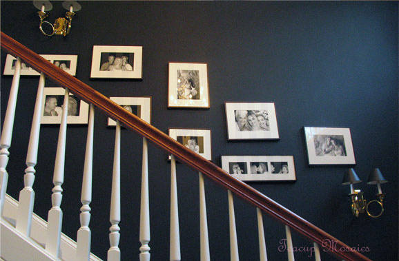 Tento staromódny spôsob dekorovať stenu súkromnými fotografiami dodáva priestoru nevšedne osobitú atmosféru.
