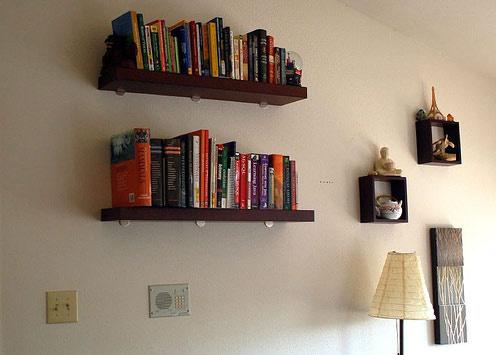 Zabijete dve muchy jednou ranou. Zbavíte sa dilemy, čo s prázdnou stenou a zároveň nájdete miesto pre knihy, ktoré by vám inde zavadzali. Je to veľmi užitočné riešenie.