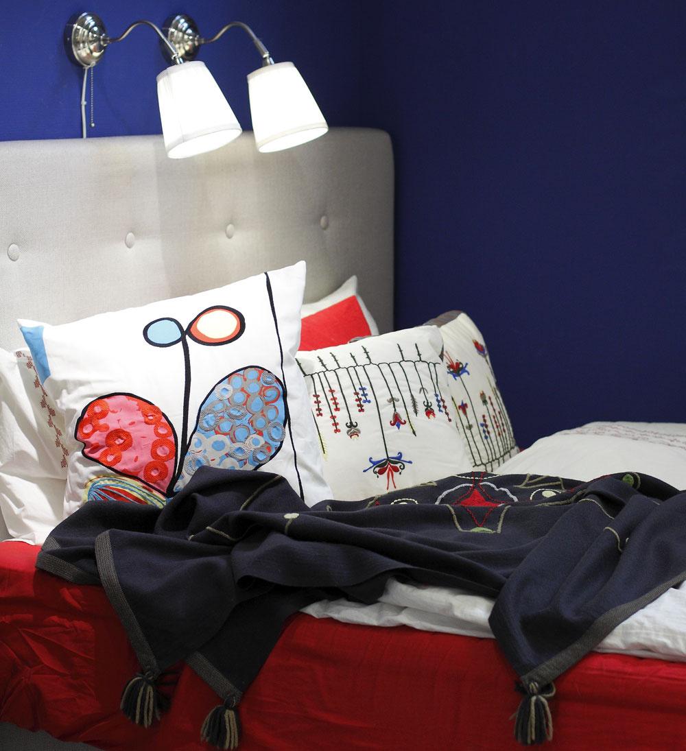 Posteľ Bekkestua, cena 160 €. Obliečky, vankúše (40 × 50 cm) adeka Birgit, cena 24,99 €,14,99 € a29,99 €. Veľký vankúš Eivor Kvist, dizajn Gunnel Sahlin, 55 × 55 cm, cena 14,99 €. Predáva IKEA.