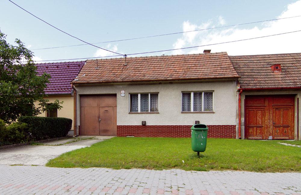 Príkladná acitlivá oprava starého domu, ktorý síce dnes neslúži na bývanie, ale páči sa nám jeho jednoduchá forma.