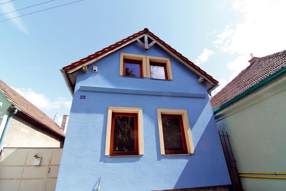 Kproporcii – chápeme, že umiestnenie horných okien vychádza asi zdispozície, no dá sa to aj inak. Najhorší je na tomto dome je však výber farieb na fasáde. Toto je určite najmodrejší dom na ulici arozhodne neprehliadnuteľný. No nám sa nepáči, vyhnali ste zneho dušu, ato predpokladáme, že pôvodne mal aaj veľké prívetivé srdce.