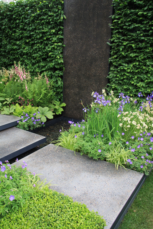 Oosvieženie vzduchu ajzaujímavé zvukové efekty sa tu stará trendový prvok súčasnej záhradnej architektúry – vodná stena. Cirkulujúca voda znej preteká potôčikom do jazierka azasa sa vracia naspäť.
