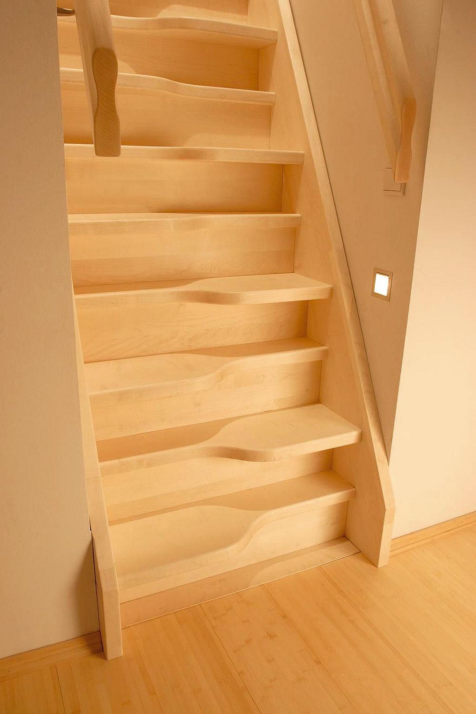 Mlynárske schodisko – model klasického tradičného dreveného schodiska so schodnicami apodstupnicami spovrchovou úpravou bezfarebným lakom