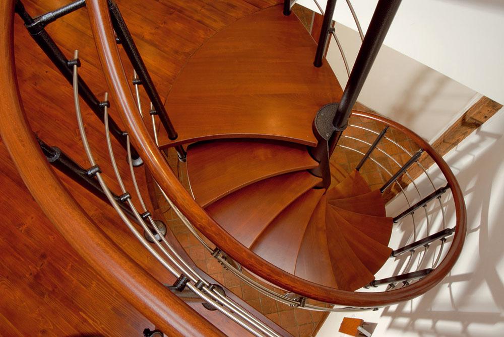 Točité kombinované schodisko na kruhovom pôdoryse skonštrukciou zkovu (upravené kombináciou náterov podľa RAL) vedie do podkrovného priestoru apriťahuje na seba dostatočnú pozornosť. Stupne sú zmasívneho buka. Schodisko možno zhotoviť vrôznych farebných kombináciách, snášľapmi zďalších domácich drevín.