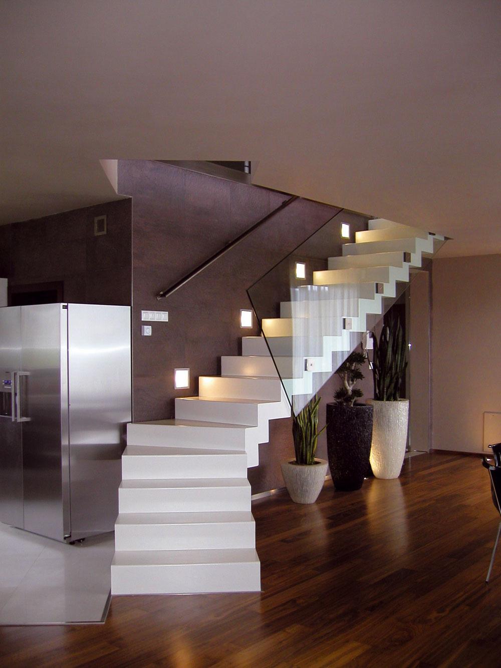 """Atypické elegantné schodisko soceľovou škrupinovou konštrukciou. Tú povrchovo upravili priamo pri montáži vďaka nástreku polyuretánovou zmesou vodtieni RAL. Zábradlie zhotovili ztvrdeného skla aukotvili do oceľovej konštrukcie pomocou terčov. Takto sa schodisko mení aj na """"pekný nábytkový solitér""""."""