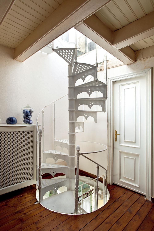 """Aj keď odborníci udávajú, že schodisko vrodinnom dome sa """"zmieri"""" aj so sklonom 41°, netreba zabudnúť na to, že roky utekajú všetkým majiteľom domov bez výnimky. Časom sa výstup po strmom ramene, avtomto prípade aj vretenovite točitom, začne podobať rozcvičke pre horolezcov."""