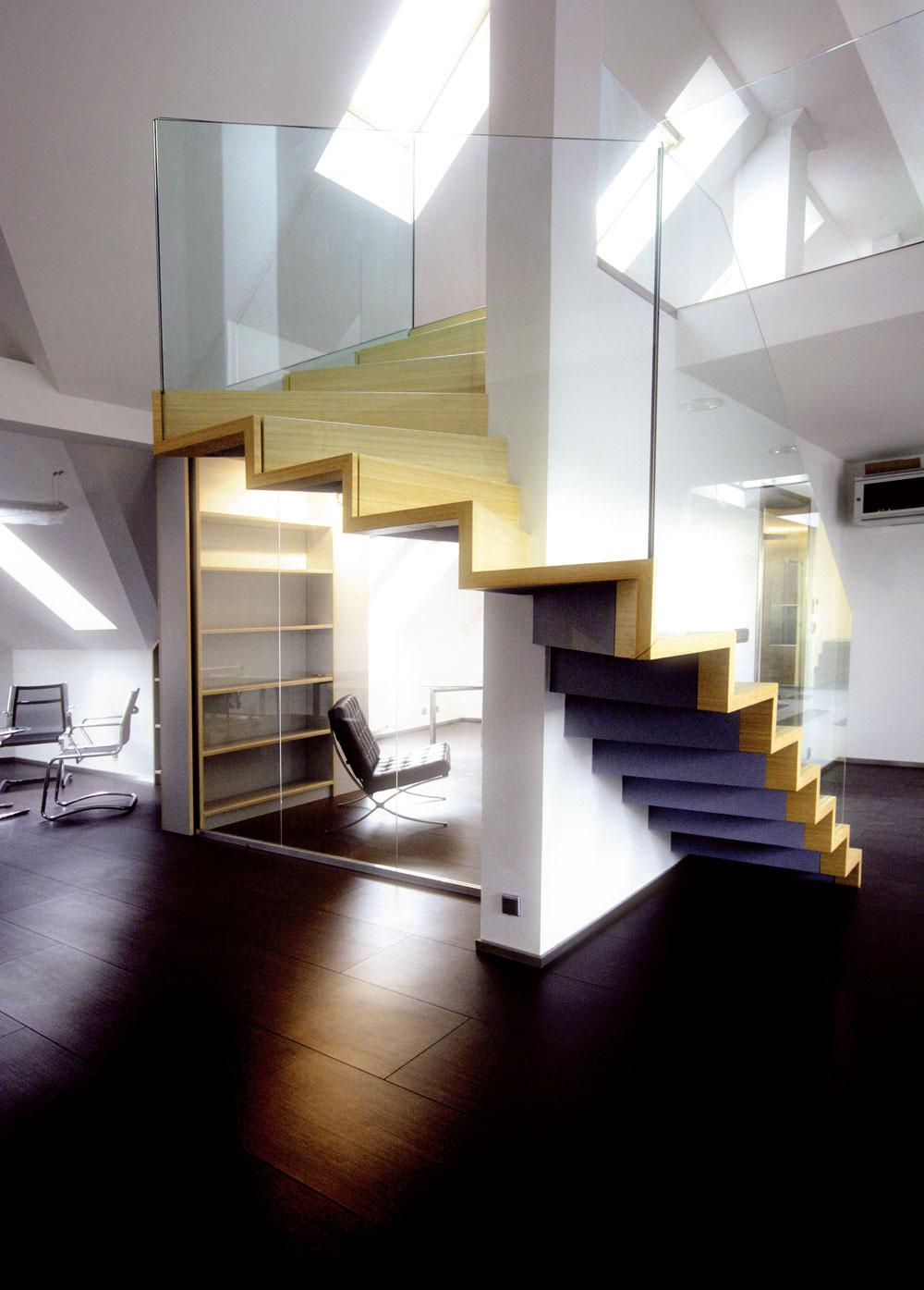 Nástupnice ipodstupnice sú síce pokryté dyhou zbambusového dreva, ale nosnú schodiskovú konštrukciu zhotovili zocele. Tá je priznaná vpodhľade schodiska, ktoré sa vinie okolo priečky. Do jednotlivých 'stupňov' bezpečne zafrézovali elegantné sklenené zábradlie. Čisté riešenie, kpohodliu však trochu chýba držadlo.