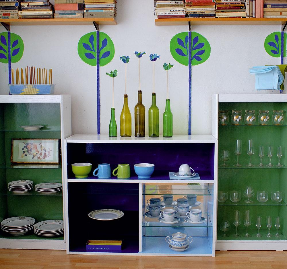 Starý porcelán sa stretol so súčasnou keramikou a pohármi. Spája ich rovnaká kombinácia farieb.
