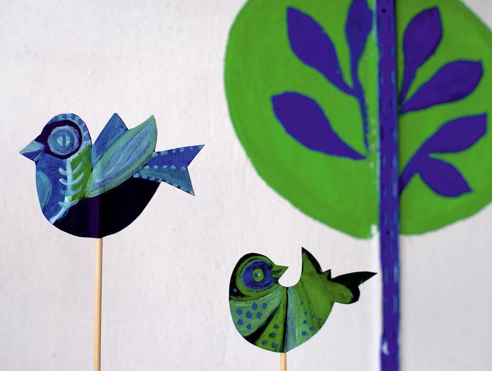 Krycie stenové lišty sme využili ako kmene maľovaných stromov. Aprázdne fľaše spaličkami umocňujú dojem poletujúcich vtáčikov.
