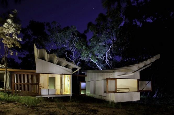 """Obývacie a spálňové kabíny a kúpelňu postavili v austrálskom Brisbane a potom ich previezli o 500 kilometrov do dedinky nazvanej """"Seventeen Seventy""""  podľa roku druhej návštevy Queenslandu Jamesom Cookom, známym škótskym objaviteľom  a výskumníkom."""