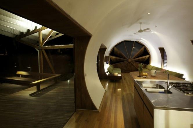 Zvolený rustikálny materiál pôsobí pokojnou neutrálnou atmosférou, čo úžasne dopĺňa prostredie prírodzenej austrálskej buše, zatiaľ čo zložitý architektonický vejárovitý tvar dodáva nekonvečnému kempingu eleganciu a štýl.