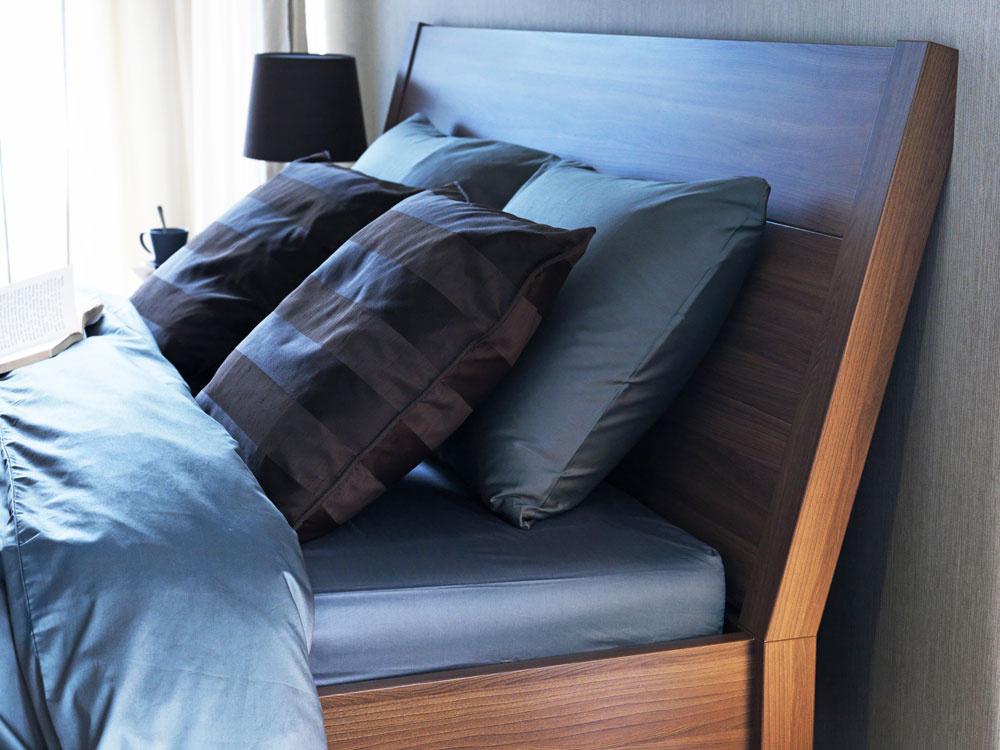 Ku kvalitnému spánku prispievajú všetky vnemy. Materiály, ktorých sa dotýkame, ktomu určite patria – počnúc kvalitným matracom akončiac posteľnou bielizňou či kobercom. Umelé materiály nechajte za dverami spálne.