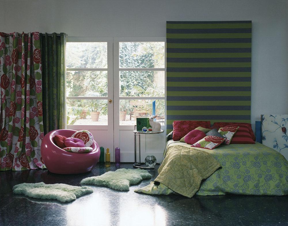 Porozmýšľajte nad umiestnením postele aj zhľadiska prirodzeného osvetlenia. Ak nemáte možnosť ovplyvniť umiestnenie spálne sohľadom na svetové strany, môžete pouvažovať aj nad menej tradičným miestom pre posteľ, najmä ak nemáte radi slnečné lúče ráno priamo vposteli.