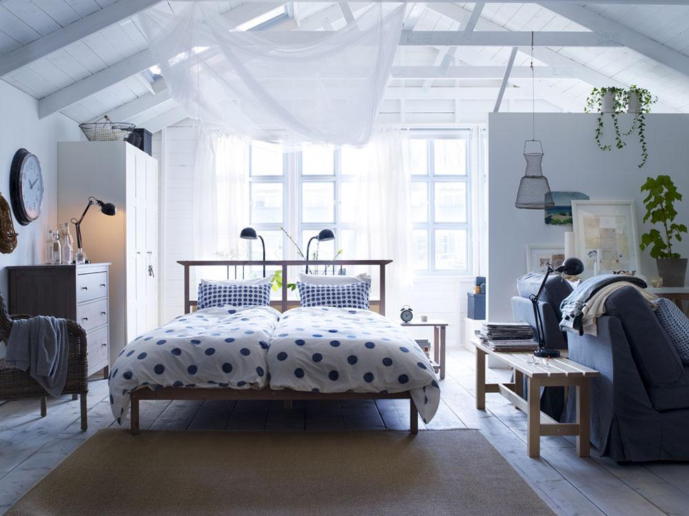 Spálňa alebo miesto určené na spanie má podliehať prísnym subjektívnym požiadavkám. Preto sa zamyslite nad tým, čo vám najviac vyhovuje. Okno vzáhlaví, posteľ vpriestore, trocha súkromia, či naopak – stále chcete byť čo najbližšie kpartnerovi?