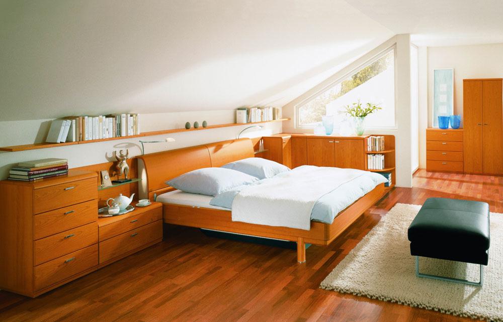 Drevo je materiál, ktorý sa do spálne maximálne hodí, netreba to však preháňať srozmanitosťou jeho druhov aštruktúr. Jednotný charakter vnesie do miestnosti harmóniu. Ak vspálni relaxujete aj inokedy ako vnoci alebo si radi čítate pred spaním, vytvorte si praktické okolie postele sdostatkom odkladacích plôch, vhodným osvetlením, možnosťou oprieť sa apodobne.
