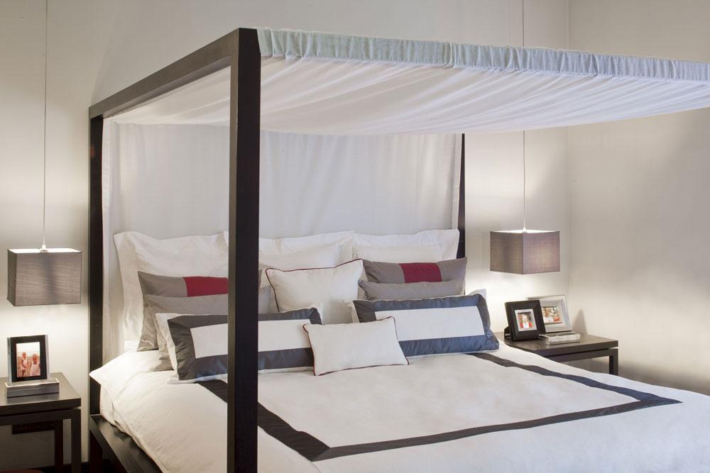 Ak si chcete vo veľkom priestore vytvoriť intímnejšiu atmosféru, skúste posteľ snebesami.