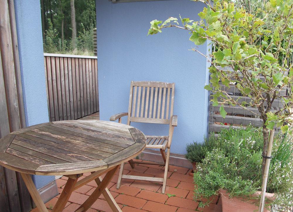 Chladná modrá sterakotovou na slnečnom balkóne