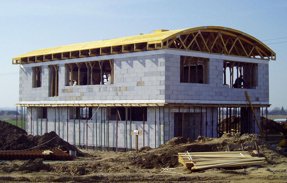 Ak je projekt domu jednoduchý a predpokladá sa, že pôjde o výstavbu svojpomocne, vo väčšine prípadov na realizáciu stačí projekt na stavebné povolenie. Dôraz treba klásť na realizačný projekt statiky.  Ak však zadávate výstavbu domu stavebnej firme, seriózna profesionálna firma bude od vás vyžadovať vykonávací projekt, ktorý prehlbuje, spresňuje, prípadne dopĺňa dokumentáciu na získanie stavebného povolenia. Ide teda do podrobností, ktoré jednoznačne určujú konštrukcie, výrobky, materiály, konštrukčné detaily a podobne.