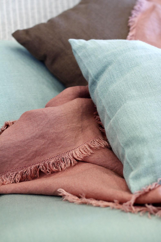 Ľanová prikrývka Doubidou, 165 × 165 cm, cena 176 €. Vankúše Scoubidou zľanu, 47 × 47 cm, cena 30 €, všetko od firmy Decopur. Predáva Bird & Tree. www.birdandtree.sk