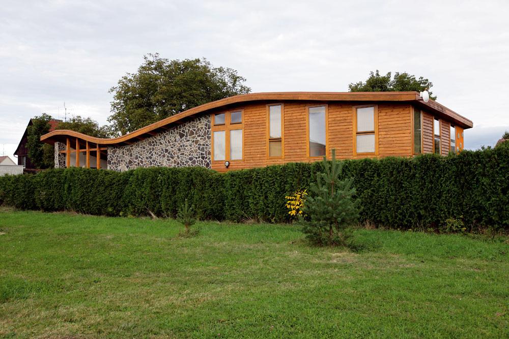 Originálny dom so zvlnenou strechou neďaleko Českých Budějovíc