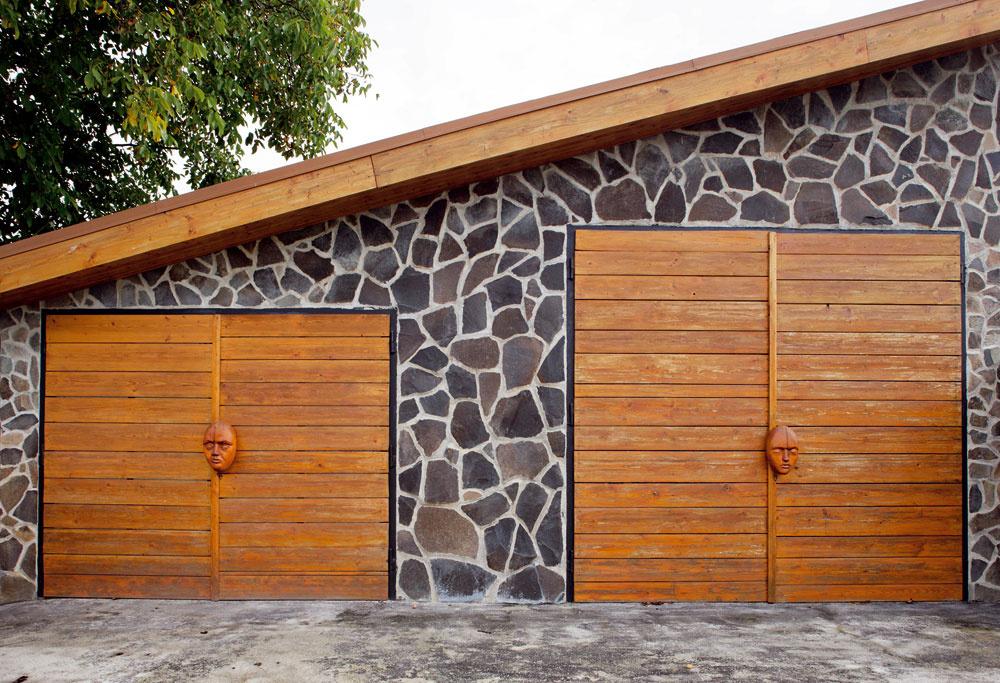 Že ide odom výtvarníka, prezrádzajú aj inak čisto funkčné prvky – napríklad vráta do garáže aateliéru.