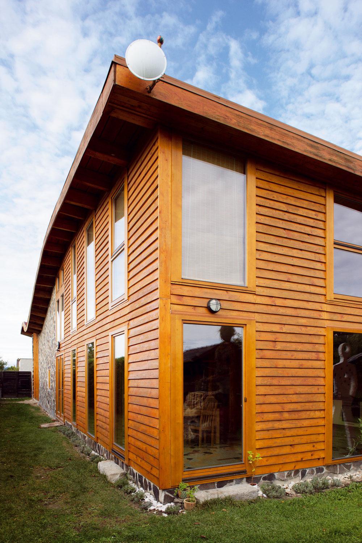 Časť fasády je obložená lacným stavebným drevom.