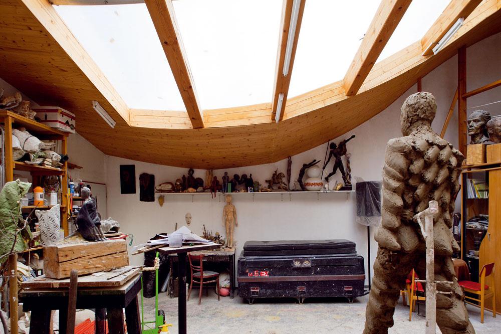 Vnútorný ateliér je predovšetkým pracovňou. Zaujímavosťou je galéria, ktorá poskytuje sochárovi potrebný nadhľad nad vznikajúcim dielom.