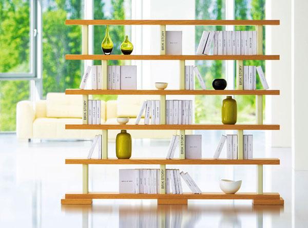 Knižnica Story zbukovej alebo dubovej dyhy. Rozmery: š 228 × v191 × h 43 cm. Cena od 1 452 €. Vyrába apredáva Brik.