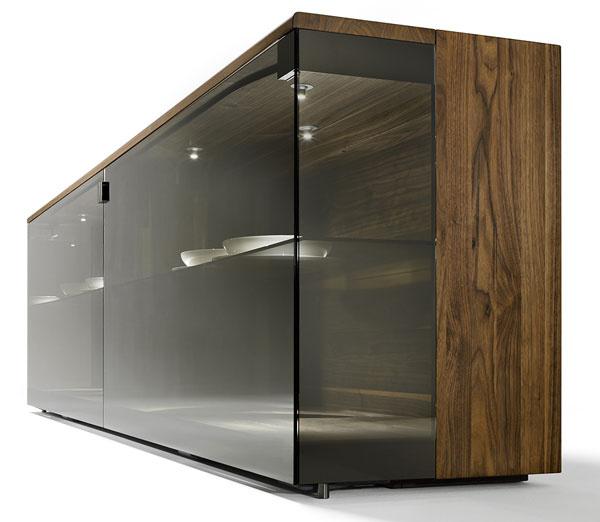 Komoda Nox od firmy Team7 zmasívneho orecha vkombinácii so sklom Palladium. Rozmery: š 238 ×v72× h 48 cm. Cena5799 €. Predáva Zeno.