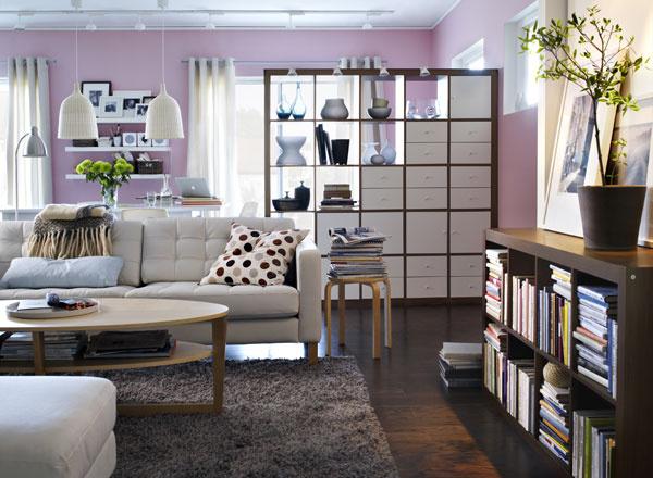 Knižnica Expedit zdrevovláknitej dosky, sčasti vyplnená vložkami sdvoma zásuvkami advierkami. Rozmery knižnice: š 185 × v195 × h 39 cm, cena 129 €, rozmery vložiek š 33 × v33 × h 37 cm, cena 25 € (zásuvky) a15 € (dvierka). Predáva IKEA.