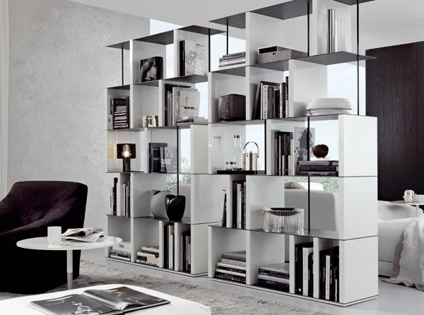 Knižnica Manhattan od firmy Jesse zbielej drevenej dyhy vkombinácii skovom. Rozmery: š 124/164 × v202,3/162,3 × h 40 cm. Cena od 3 450 €. Predáva Design House.