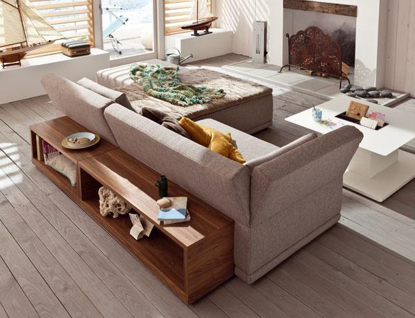 Sedačka Now Home Lounge Madison stextilným čalúnením (na výber aj textilná koža akoža), cena od2 283 €. Prídavné drevené policezorechového dreva. Všetko od firmy Hülsta. Cena788 €/2 ks. Predáva Merito.