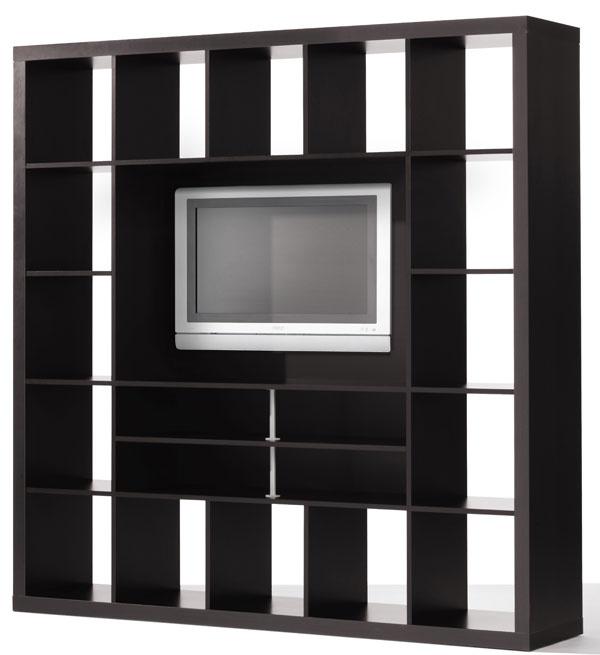 Knižnica Expedit zdrevovláknitej dosky ošetrenej reliéfnym akrylovým náterom apriehľadným lakom. Dása využiť aj ako deliaci prvok miestnosti. Rozmery: š149 × v149 ×h39 cm. Cena 79,90 €. Predáva IKEA.