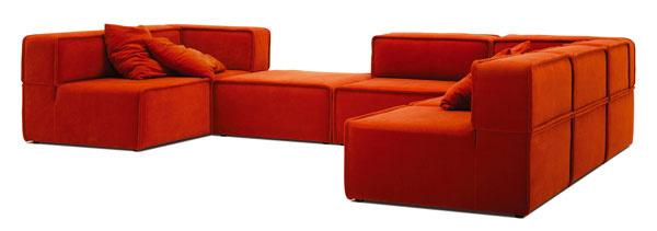 Rohová pohovka Carmo CA27 od firmy BoConcept čalúnená červenou látkou Riola (dostupná aj v ďalších látkach akožiach). Vyplnená odolnou atrvácou penou, rám zmasívneho dreva, drevotriesky azoceľových pružín. Rozmery: v70 × š 355 × h 260 cm. Cena od4 595 €. Predáva BoConcept, Atrium.